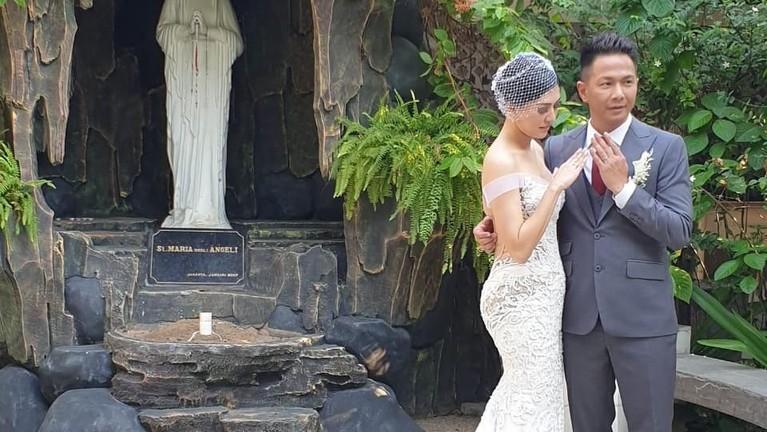 Delon dan Aida memamerkan cincin pernikahan mereka, so sweet abis ya Insertizen.