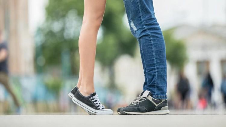 Ketika remaja dibolehkan pacaran. Pastikan juga batasannya, termasuk menghindari ciuman bibir.