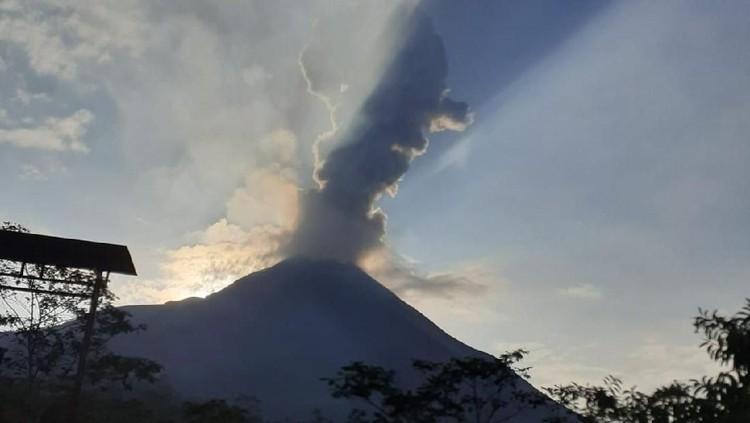 Gunung Merapi mengeluarkan awan panas hari ini. Terdapat hujan abu tipis di Tlogolele.