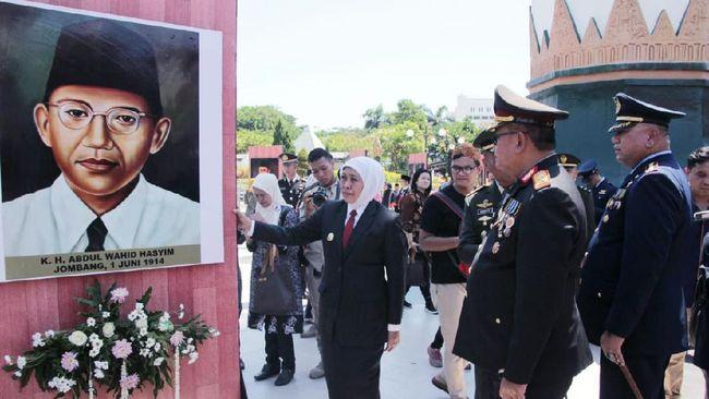 Momen peringatan Hari Pahlawan Nasional dimanfaatkan Khofifah Indar Parawansa untuk menusulkan nama KH Abdurrahman Wahid atau Gus Dur sebagai pahlawan nasional.