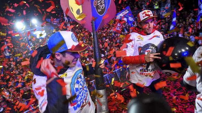 Marc Marquez dan Alex Marquez merayakan gelar juara dunia MotoGP dan Moto2 2019 bersama ribuan orang di Cervera, Catalunya, Sabtu (9/11).