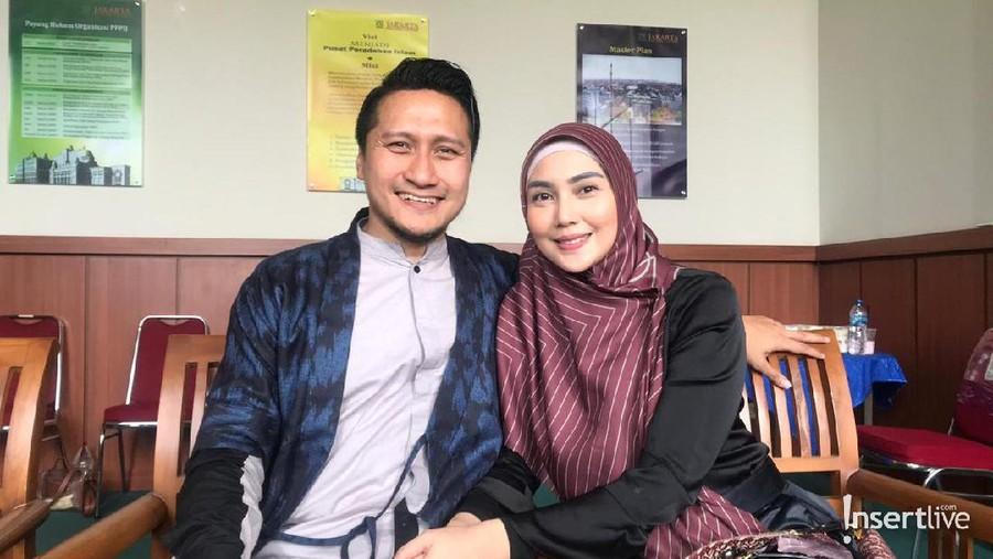 Fenita Arie dan Arie Untung Ajarkan Ilmu Agama ke Anak-Anaknya
