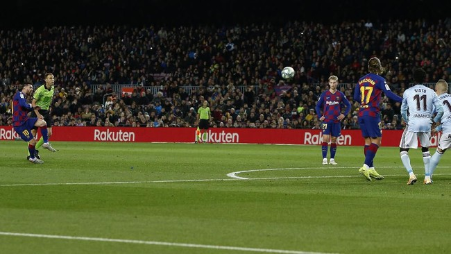 Barcelona meraih kemenangan 4-1 atas Celta Vigo pada laga yang diwarnai hattrick Lionel Messi dan tiga gol tendangan bebas di Camp Nou, Sabtu (9/11).