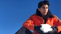 <p>Putra sulung Shah Rukh Khan, Aryan Khan, kini sudah berusia 23 tahun. Aryan diketahui sedang menimba ilmu di bidangproduksi film nih, Bunda. (Foto: Instagram @___aryan___)</p>