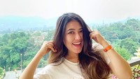 <p>Sedangkan pada bulan September lalu, saat akan manggung di Sanur, Bali, penyanyi 28 tahun ini tampil dengan wajah polos tanpa sentuhan makeup. (Foto: Instagram @viavallen)</p>