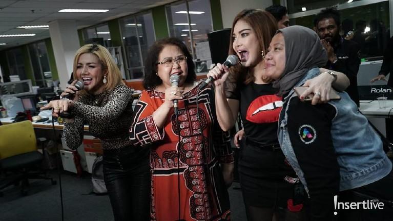 Kemeriahan acara HUT Rumpi No Secret dimeriahkan dengan bernyanyi bersama bintang tamu dan kru.