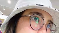 <p>Penampilan Via Vallen mulai sedikit mengejutkan ketika awal November lalu mengunggah foto mengenakan kacamata bergaya retro dan <em>bucket hat</em> putih. Ada yang pangling? (Foto: Instagram @viavallen)</p>