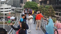 Atap Jembatan Penyeberangan Orang (JPO) di JPO antara Wisma Bumiputera dan Menara Astra, Sudirman telah dicopot, Bunda. (Foto: Instagram @sinting443)