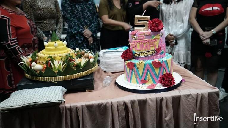 Selain kue dan tumpeng, bintang tamu, kru, dan petinggi Trans TV yang hadir merayakan dengan makan bersama.