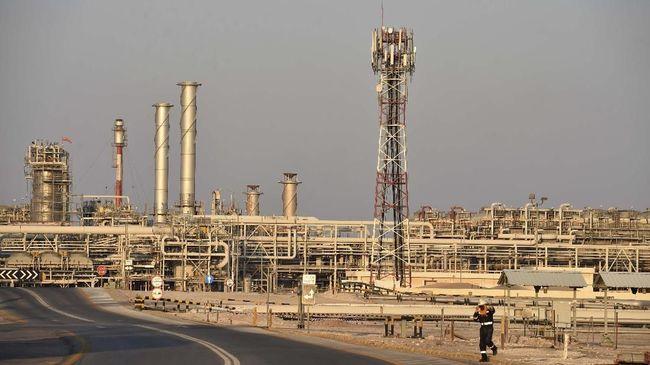 Harga minyak mentah dunia melonjak lebih dari satu persen usai keputusan OPEC memangkas lebih banyak produksi minyak pada awal 2020.