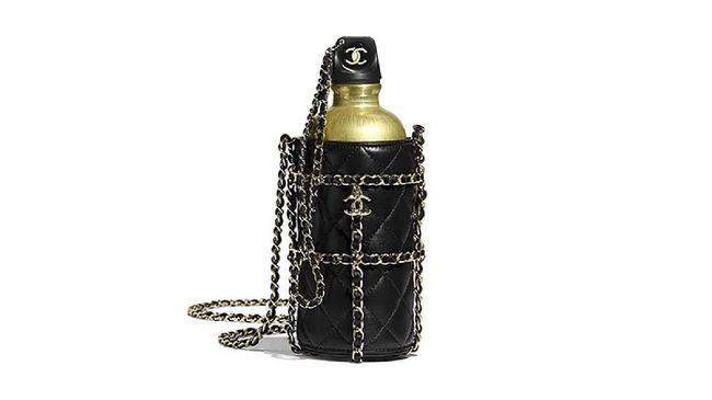 Chanel menjual botol minum dan wadahnya yang super mewah dan dijual dengan harga super fantastis yaitu Rp78,2 juta.