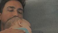 <p>Hamish Daud  Meski Hamish tidak pernah memberlihatkan wajah anaknya di media sosial, suami Raisa ini juga beberapa kali menunjukkan rasa cintanya kepada putrinya, Zalina. Foto Hamish menggendong Zalina selalu berhasil membuat hati kita meleleh ya, Bun. (Foto: Instagram @hamishdw)</p>