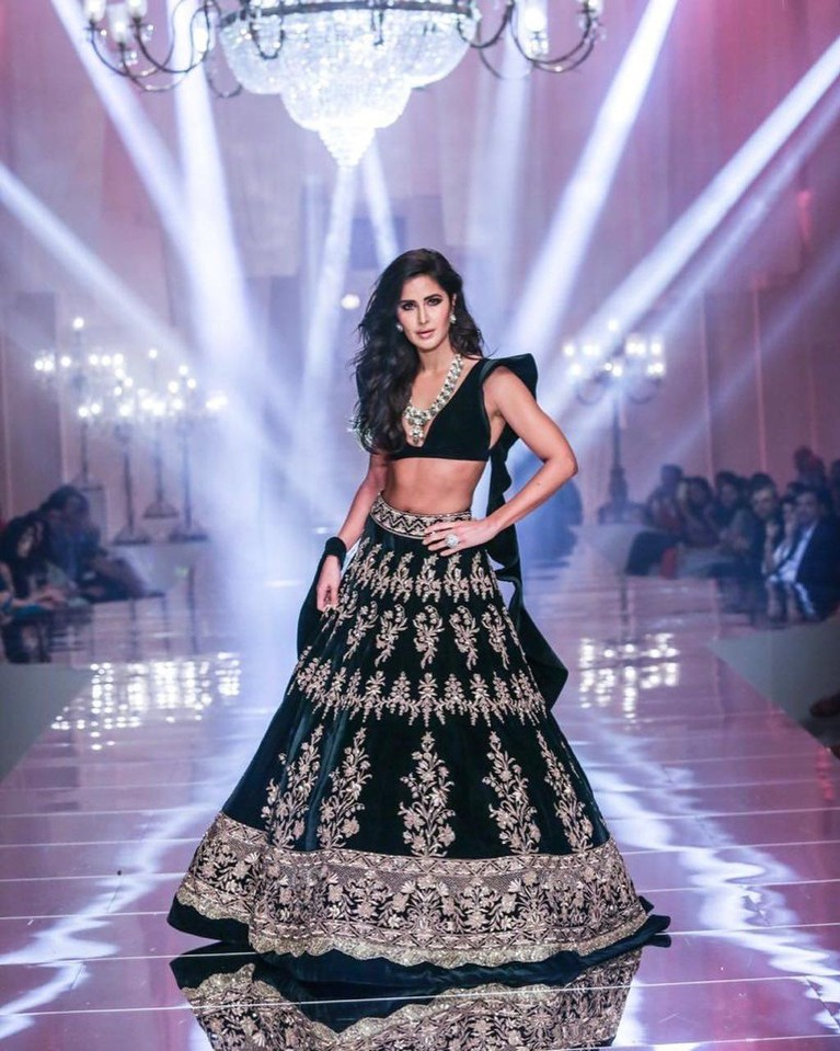 Dia juga sering memilih menggunkanan pakaian khas India, kain saree yang menonjolkan bagian perutnya yang kotak-kotak.