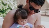 <p>Samuel Zylgwyn  Samuel sering mengunggah foto aktivitas bersama putrinya. Dia juga sering menunjukkan aktivitasnya bersama sang anak. Karena baginya, cinta ayah pada anak perempuan tak akan tergantikan.
