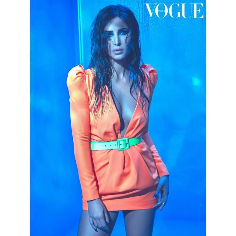 Mantan kekasih Salman Khan ini pernah dipuji penggemarnya ketika mengunggah foto dirinya menggunakan pakaian dengan bentuk kerah v yang mengekspose bagian belahan dadanya.