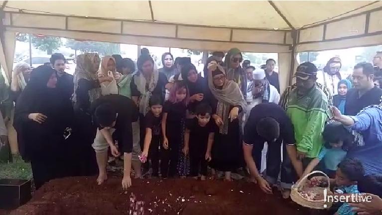 Ibunda Nirina Zubir, Cut Indria Martini, mengembuskan napas terakhirnya pada Selasa (12/11). Jenazah disalatkan selepas Ashar dan segera dimakamkan.
