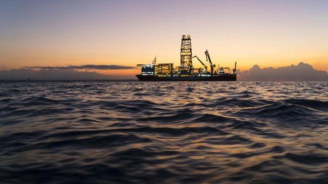 Harga minyak dunia melemah lebih dari 1 persen pada akhir pekan lalu dipicu oleh peningkatan kasus corona di sejumlah negara.