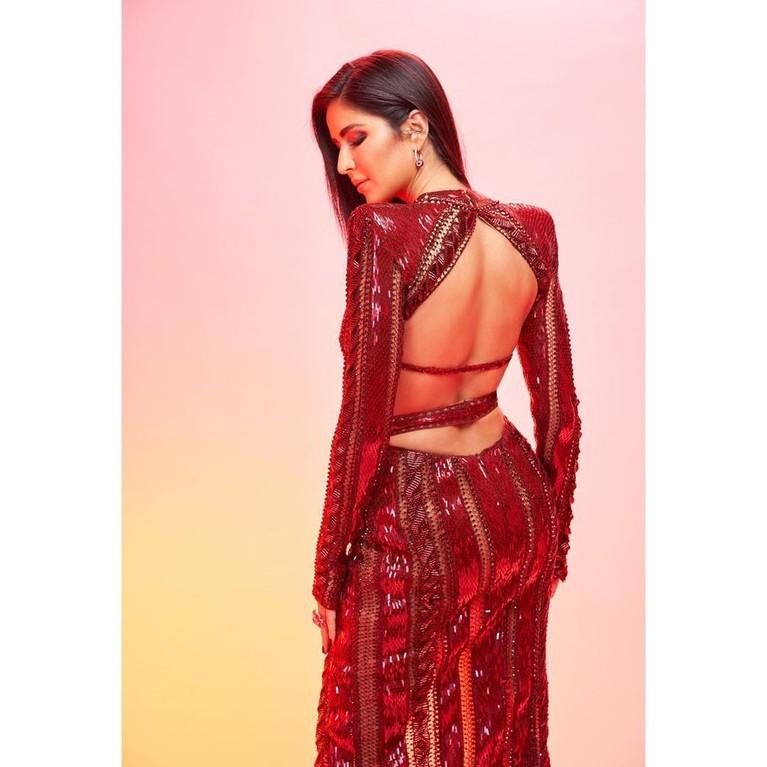 Selain itu Katrina juga sering tampil menawan dengan gaun yang mempertontonkan bagian punggungnya.