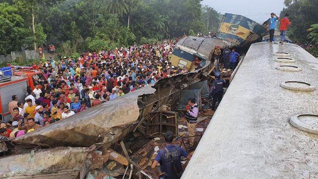 Kecelakaan dua kereta api yang berada di satu lintasan di Dhaka Bangladesh pada Selasa (12/11) dini hari menewaskan 16 orang dan 100 luka-luka.