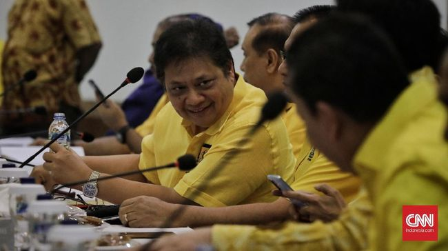 Tiga menteri disebut menelepon dan meminta pengurus untuk memilih petahana Airlangga Hartanto dalam pemilihan Ketum Partai Golkar.