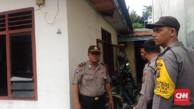 Rumah seorang guru mengaji, SA, yang disebut warga sebagai orang yang tertutup, digeledah polisi setidaknya dua kali terkait bom di Mapolrestabes Medan.