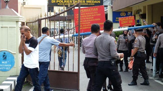 Polisi masih melakukan olah tempat kejadian perkara di lokasi ledakan bom di Mapolrestabes Medan. Seorang diduga pelaku meninggal di lokasi ledakan.