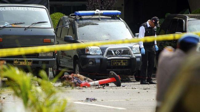 Satu ambulans masuk ke dalam Mapolrestabes Medan untuk mengevakuasi jenazah pelaku bom bunuh diri dan membawanya ke RS Bhayangkara Medan.