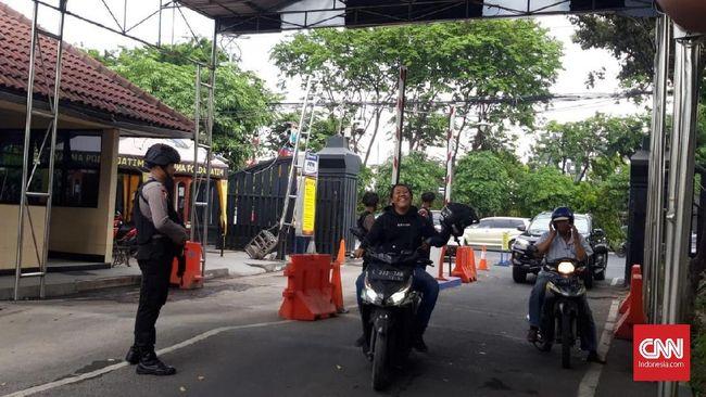 Polda Jawa Timur memperketat pengamanan bagi warga yang masuk lingkungan Mapolda serta melarang secara khusus ojek online (ojol) untuk masuk.