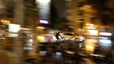 Pengguna sepeda tengah melaju di antara mobil-mobil di Madrid, Spanyol pada Kamis (7/11). (AP Photo/Manu Fernandez)