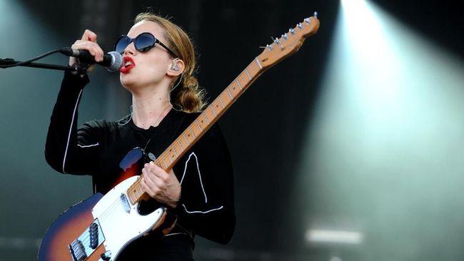 Musikus peraih Mercury Prize, Anna Calvi, merilis karya yang ia ciptakan untuk menjadi lagu latar serial televisi Peaky Blinders.