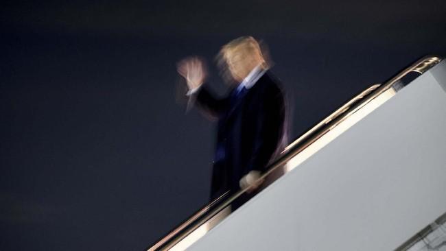 Presiden AS Donald Trump tiba di Pangkalan Angkatan Udara Andrews pada Jumat (8/11). (Photo by Brendan Smialowski / AFP)