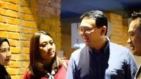 <p>Bersama Ahok menghadiri premier film <em>Bumi Manusia</em> garapan Hanung Bramantyo. <em>Scraft</em> menjadi andalan Puput untuk melengkapi <em>maxi dress</em> bernuansa marun. (Foto: Instagram_nastitii)</p>