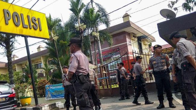 Ledakan terjadi di Mapolrestabes Medan, Sumatera Utara. Anggota Kepolisian langsung berhamburan keluar untuk menyelamatkan diri.
