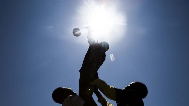 Para pemain Soweto Rugby School Academy melakukan aksinya di Soweto, pada Rabu (6/11). Para pemain ini adalah bagian dari Soweto Rugby School Academy. (SRSA(Photo by Guillem Sartorio / AFP)