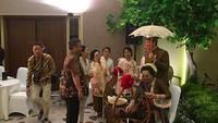 <p>Puput dan Ahok baru menggelar acara tujuh bulanan yang dalam adat Jawa yang disebut mitoni. Puput terlihat cantik berkebaya dan berkonde ala perempuan Jawa. (Foto: Instagram_nastitii)</p>