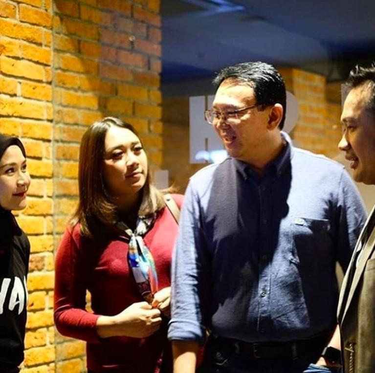 Bersama Ahok menghadiri premier film Bumi Manusia garapan Hanung Bramantyo. Scraft menjadi andalan Puput untuk melengkapi maxi dress bernuansa marun.