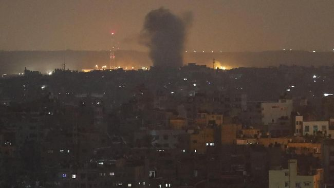 Israel menggempur sejumlah fasilitas milik kelompok Hamas di Jalur Gaza pada Sabtu (16/11), sebagai respons atas serangan roket dari perbatasan Palestina.
