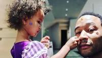 <p>Ia juga enggak segan lho mengunggah foto ketika sedang bermain dengan anaknya. Salah satunya bermain stiker dengan Luna. (Foto: Instagram @johnlegend)</p>