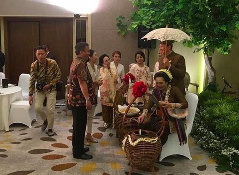 Acara tujuh bulanan digelar Puput dan Ahok dalam adat jawa yang disebut mitoni. Puput mengenakan kebaya dan konde ala perempuan Jawa.
