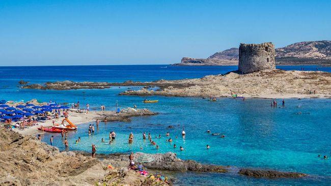 Pantai La Pelosa di Sardinia berencana menerapkan tiket masuk demi mengurangi dampak negatif dari serbuan turis.