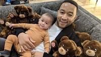 <p>Lihat deh foto John dengan putranya ini. John menemani anaknya di rumah sambil memeluk boneka beruang. (Foto: Instagram @johnlegend)</p>