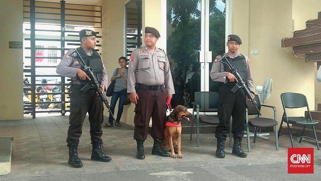 Mapolrestabes Surabaya memberlakukan pengamanan ketat dan berlapis pascateror bom bunuh diri tahun lalu, mulai dari metal detector hingga memindah area parkir.
