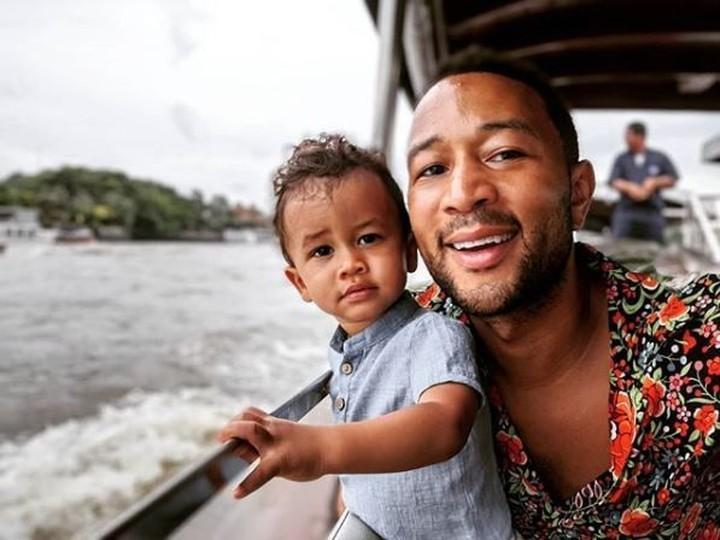 Dinobatkan menjadi pria terseksi versi People's Magazine, John Legend juga ternyata akrab dengan anak. Intip keakrabannya di foto ini yuk, Bun.