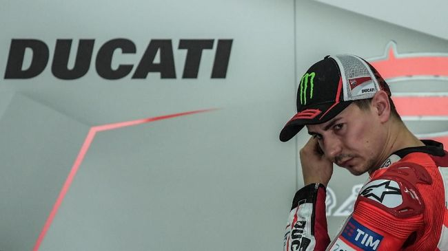 Ducati Team's Spanish rider Jorge Lorenzo walks inside his team garage during the second day of 2017 MotoGP pre-season test at the Sepang International Circuit on January 31, 2017. (Photo by MOHD RASFAN / AFP)