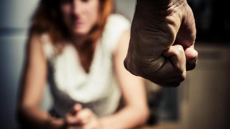 Seorang pria tega menusuk istrinya yang sedang hamil besar. Ancaman bui pun menantinya.