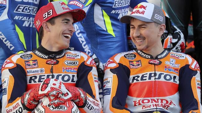 Spanish riders Repsol Honda's Marc Marquez (L) and Jorge Lorenzo react in Doha on March 7, 2019 at Lusail Circuit ahead of the season's start at Qatar MotoGP grand prix on March 10. (Photo by KARIM JAAFAR / AFP)