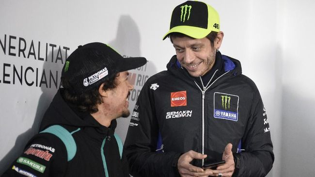 Petronas Yamaha SRT French driver Franco Morbidelli (L) speaks with Monster Energy Yamaha MotoGP Italian driver Valentino Rossi before a press conference at the Ricardo Tormo racetrack, in Cheste, near Valencia, on November 14, 2019 ahead of the Valencia Grand Prix. (Photo by JOSE JORDAN / STR / AFP)