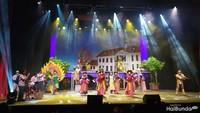 <p>Selain jalan cerita yang menarik, dalam operet ini juga diperlihatkan keindahan budaya Indonesia, melalui kostum budaya yang ditampilkan bak karnaval.</p>