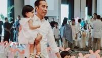 Jokowi, Sedah Mirah, dan Jan Ethes kompak berpakaian putih. (Foto: Instagram @janethes_story)