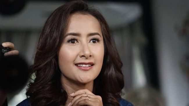 Penyanyi sekaligus aktris Widi Mulia memberi kabar kepada anak dan mertuanya tentang masa rehabilitasi Dwi Sasono.
